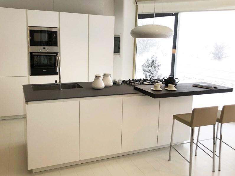 Cucina Moderna Bianca Laccata.Cucina Bianca Moderna Ad Isola Materika Laccato Pedini Cucine In Offerta Outlet