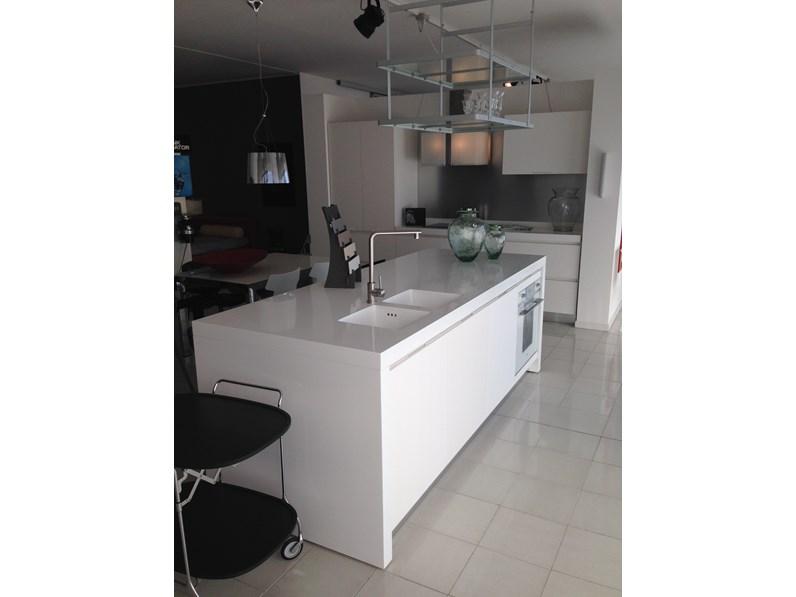 Cucina bianca moderna ad isola yara cesar cucine in offerta for Cucina isola offerta