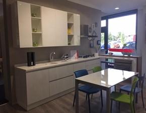 Cucina bianca moderna con penisola Liberamente Scavolini in Offerta Outlet