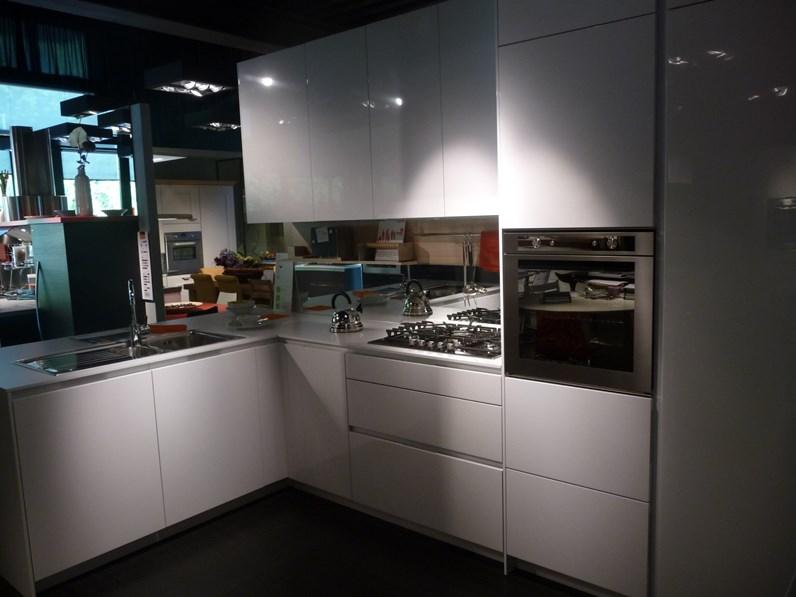 Cucine Snaidero Moderne.Cucina Bianca Moderna Con Penisola Orange Snaidero In Offerta Outlet