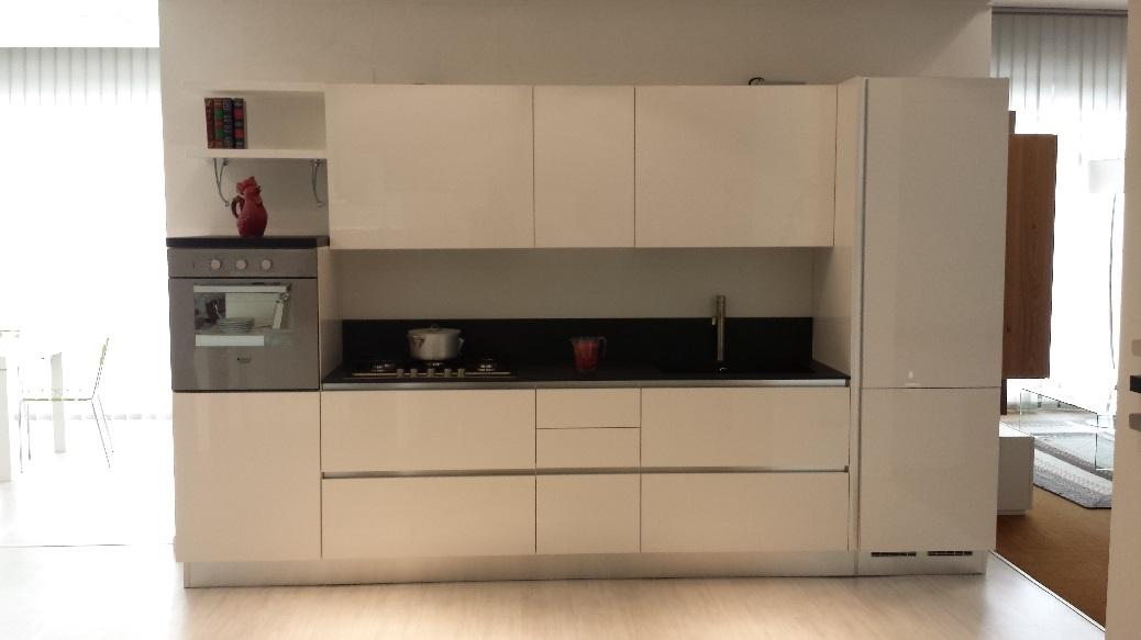 Cucina lube cucine brava laccata lucida con gola cucine - Cucine lube prezzi offerte ...