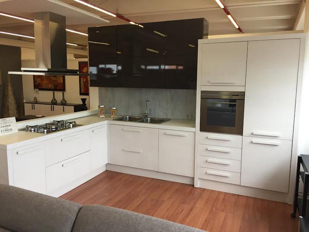 Cucina ad angolo legno callesella anta liscia moderno legno bianca cucine a prezzi scontati - Cucine a angolo ...