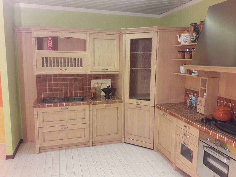Cucina angolare modello asolo in stile classico contemporaneo a prezzo scontato - Cucina con dispensa angolare ...