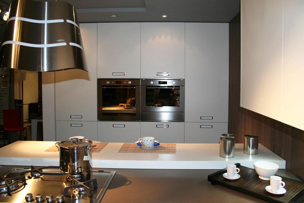 Cucina cesar con penisola piano e schienale in okite 64 - Piano cucina okite prezzi ...
