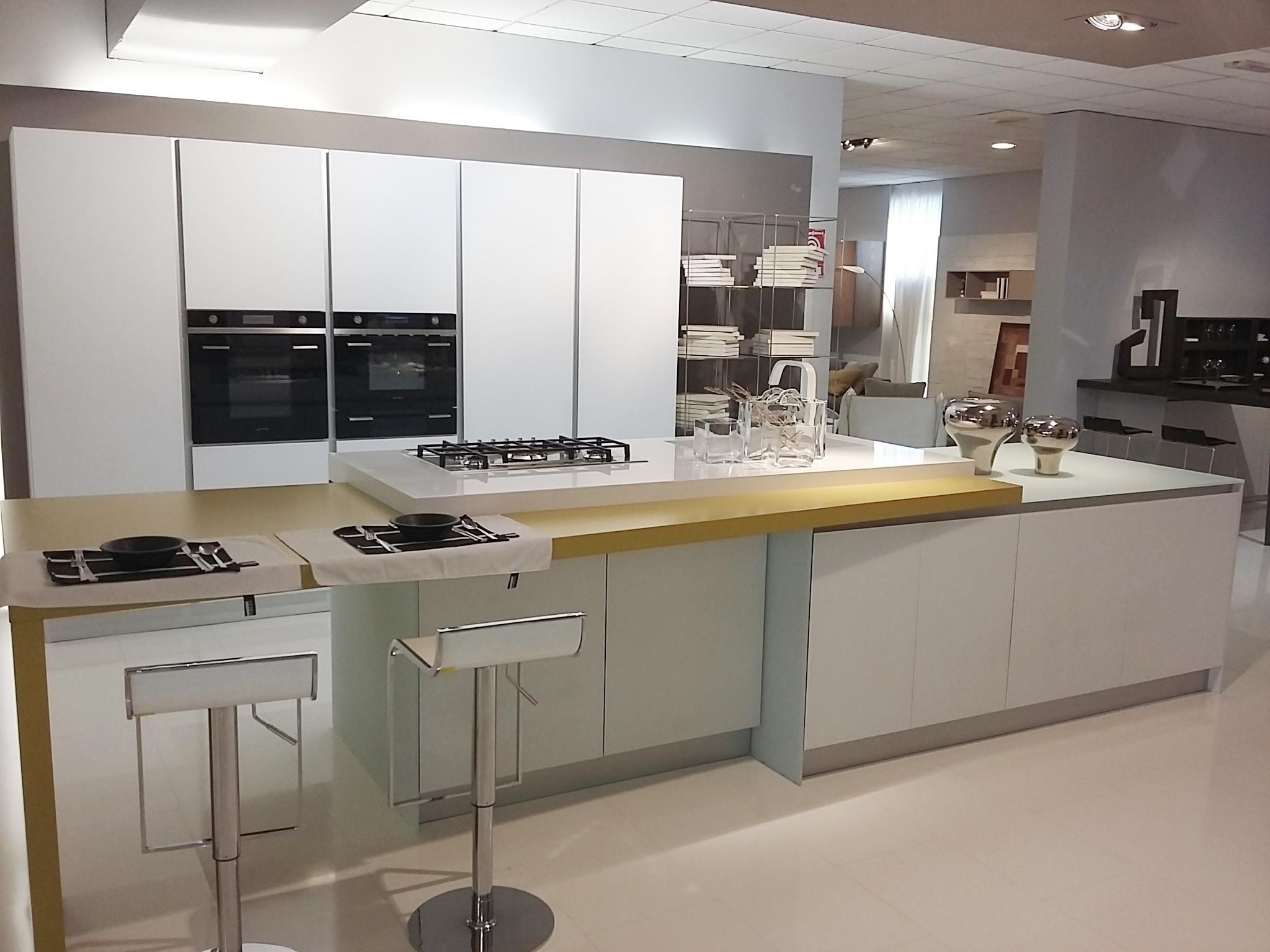 Cucina Cielo vetro bianco opaco, piano Silestone con lavello ...