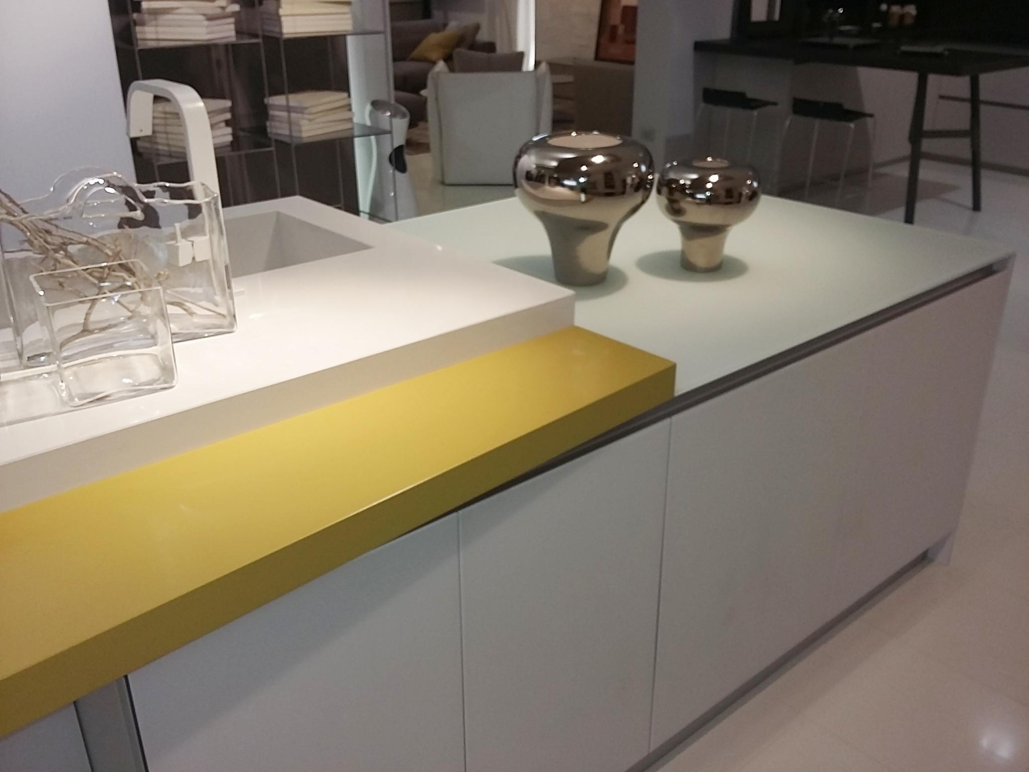 Cucina cielo vetro bianco opaco piano silestone con - Lavello cucina resina ...