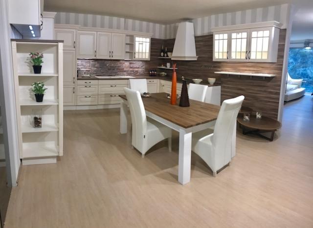 Cucina classica contemporanea completa di tavolo e sedie for 4 sedie in offerta