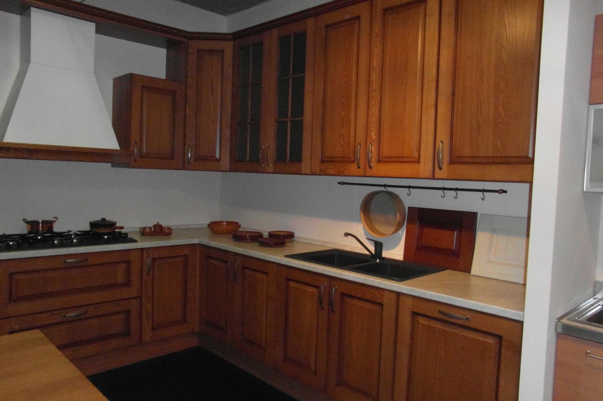 Cucina classica cucinesse in vero noce chiaro cucine a prezzi scontati - Colore parete cucina noce ...