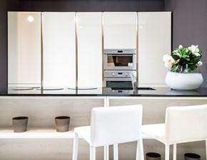 Cucina Clò ad isola color perla lucido, top granito con piano cottura induzione domino design