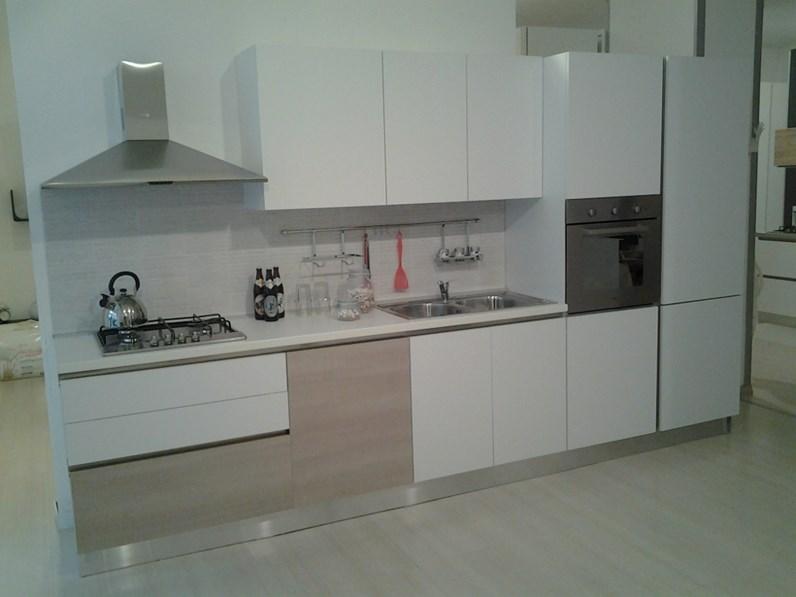 Cucina con gola marca gicinque rinnovo vetrina for Fontana arreda