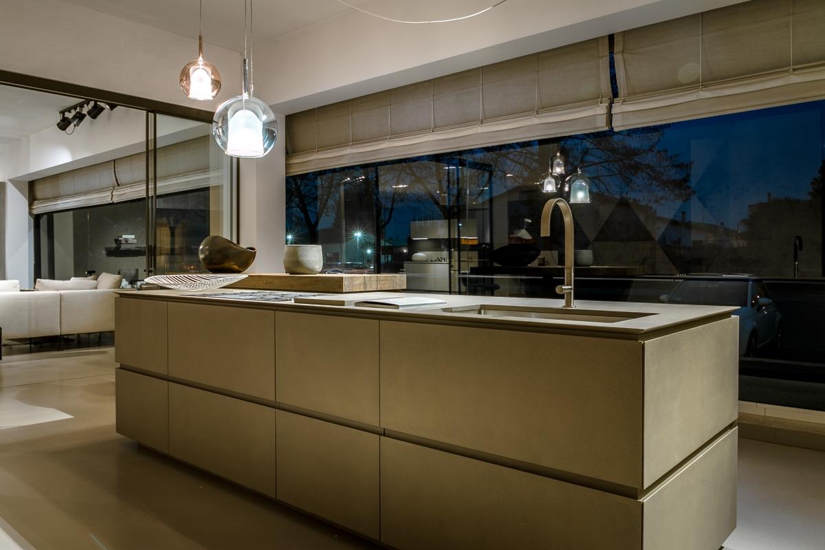 Cucina con isola ernestomeda obliqua scontata del 30 for Cucine outlet verona