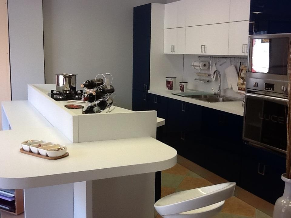 Cucina colombini con isola moderno laminato lucido blu for Cucine con piano cottura centrale