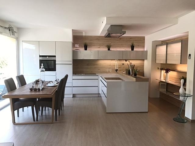 Cucina con penisola completa di accessori e - Cucina con elettrodomestici ...