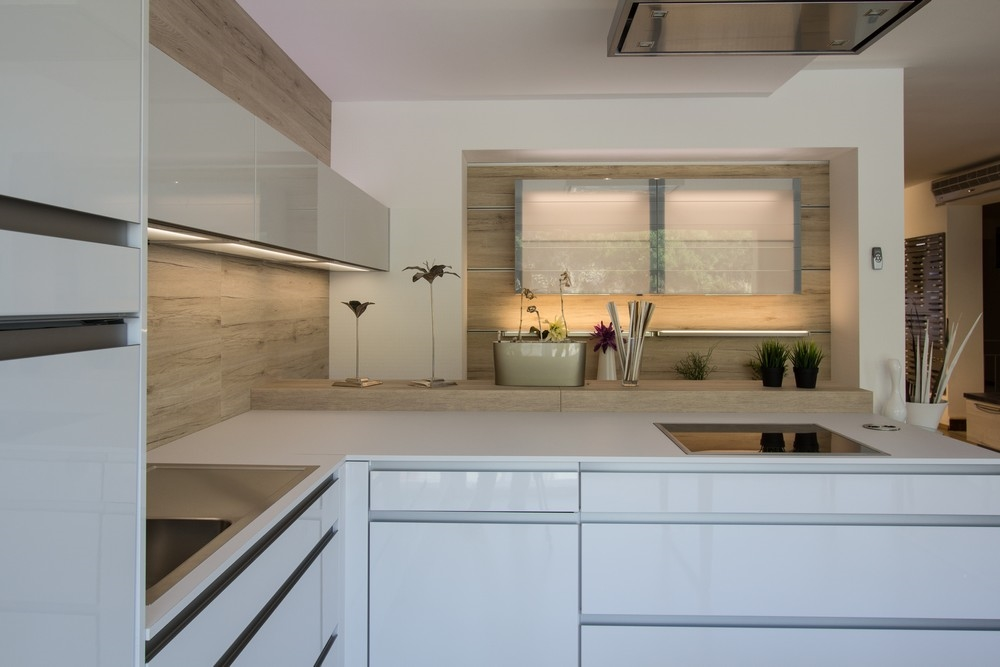 Cucina con penisola completa di accessori e elettrodomestici ...