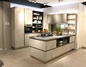 Cucina con penisola in laminato materico grigio Oyster pro beton grigio a prezzo ribassato