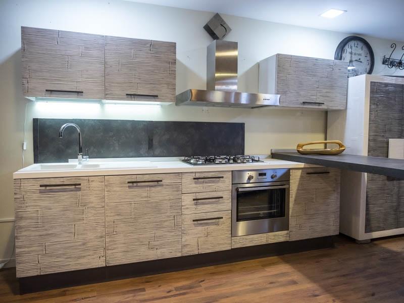 Cucina con penisola moderna lineare offerta convenienza in legno e crash bambu etnica cucine a - Cucine legno grezzo ...