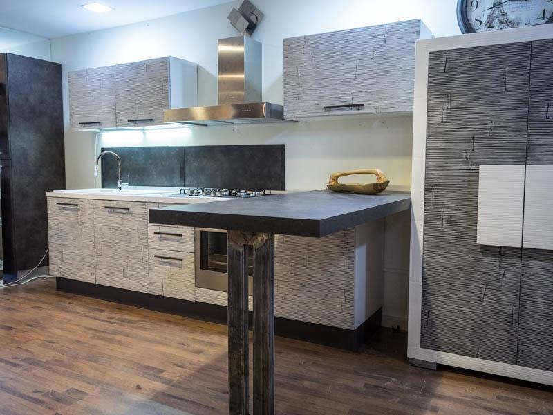 Cucina con penisola moderna lineare offerta convenienza in legno e crash bambu etnica cucine a - Cucina moderna con penisola ...