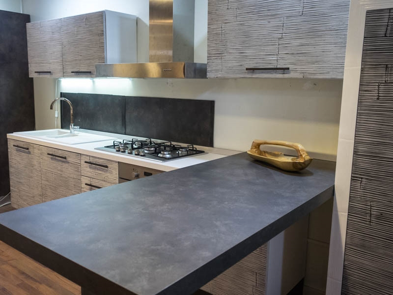 Cucina con penisola moderna lineare offerta convenienza in legno e crash bambu etnica cucine a - Cucina penisola ...