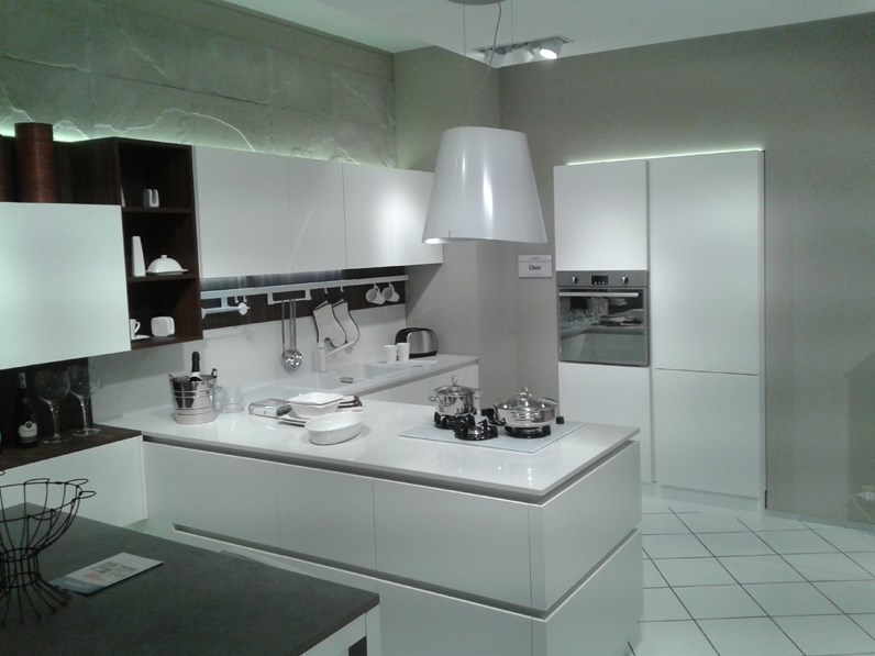Veneta Cucine Top Quarzo.Cucina Con Penisola Oyster Silk Bianco Veneta Cucine Con Uno Sconto Del 47