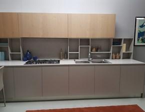 Cucina con tavolo penisola in legno rovere naturale e laccato grigio perla a prezzo scontato