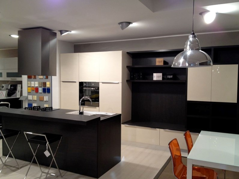 Cucina con isola copat cucine cres for Outlet cucine con isola