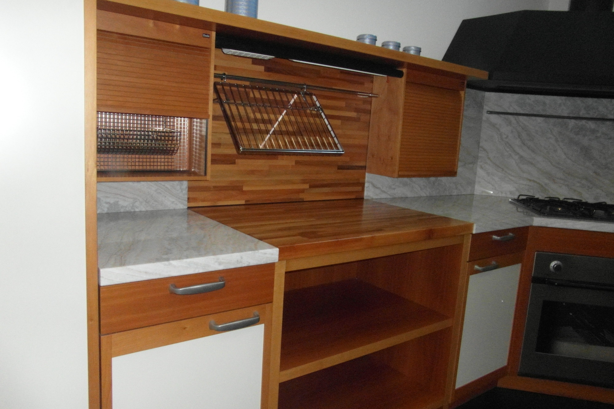 cucina dada in noce schienale e top in marmo karibib piano in lamellare di