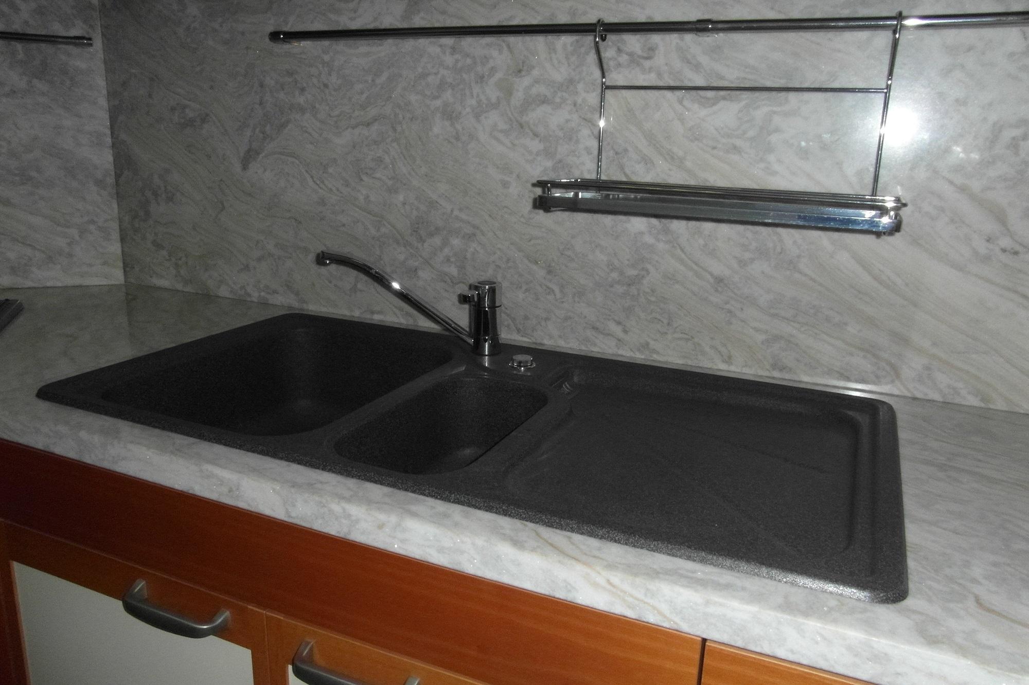 Cucina dada in noce schienale e top in marmo karibib piano in lamellare di noce cucine a - Top marmo cucina prezzi ...