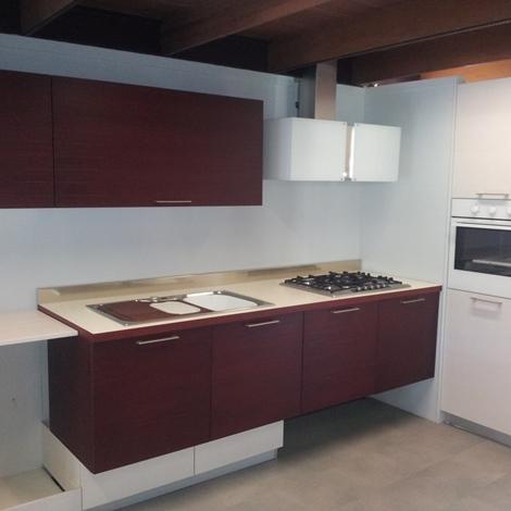 outlet Composizione cucina in legno di larice tinto con basi sospese
