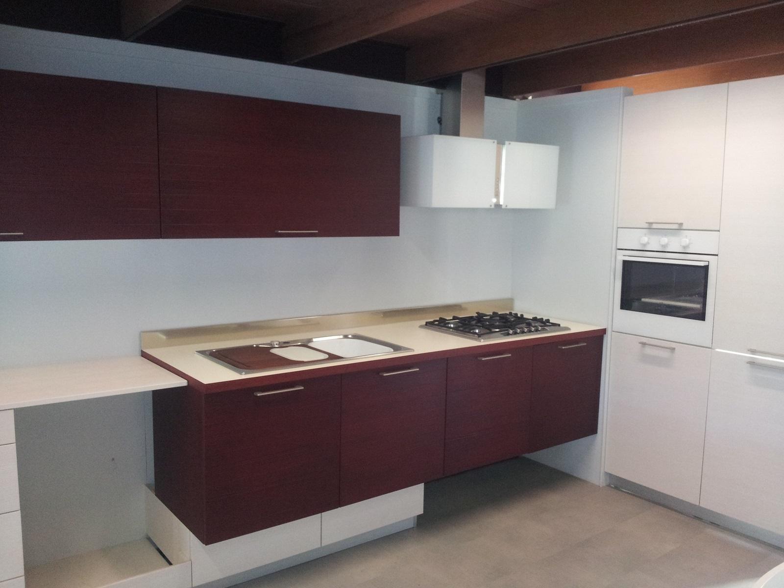 Composizione cucina in legno di larice tinto con basi sospese cucine a prezzi scontati - Cucine sospese da terra ...