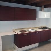 Cucina modello Royal in legno di larice tinto rosso e magnolia a prezzo scontato