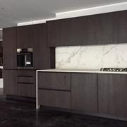 Cucina Del Tongo modello Amalfi full - Legno quercia Taquara - prodotto di Design, piano,fianchi,lavello e schienale in Dekton
