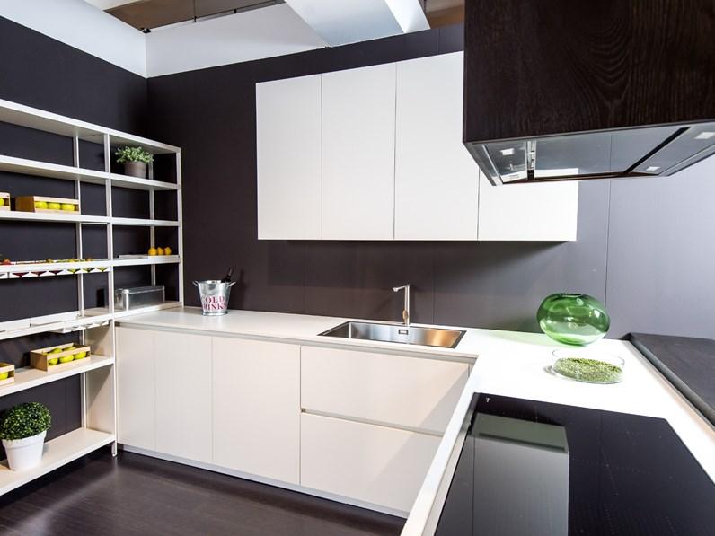 cucina design bianca artigianale con penisola grafica in