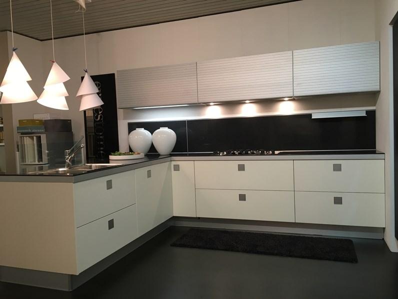 Cucina design bianca di ernestomeda con penisola silverbox for Cucine di design outlet