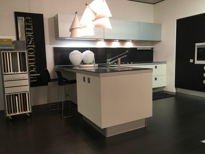 Cucine Ernestomeda Prezzo : Cucina design bianca di ernestomeda con penisola silverbox