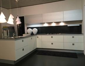 Cucina design bianca di Ernestomeda con penisola Silverbox in offerta