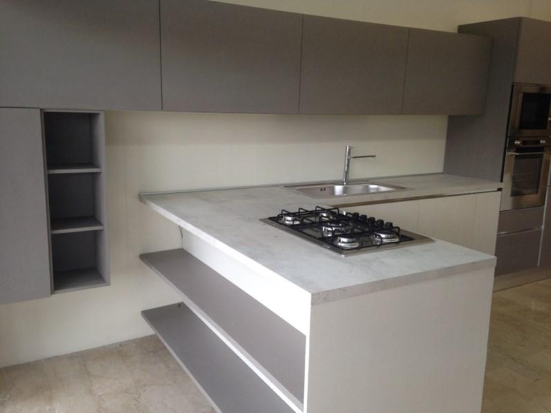 Cucina di mostra con bancone snack moderna laccata cemento - Banco colazione cucina ...