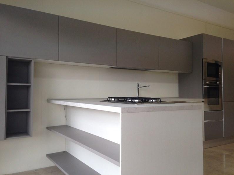 Cucina di mostra con bancone snack moderna laccata cemento - Cucina con bancone ...