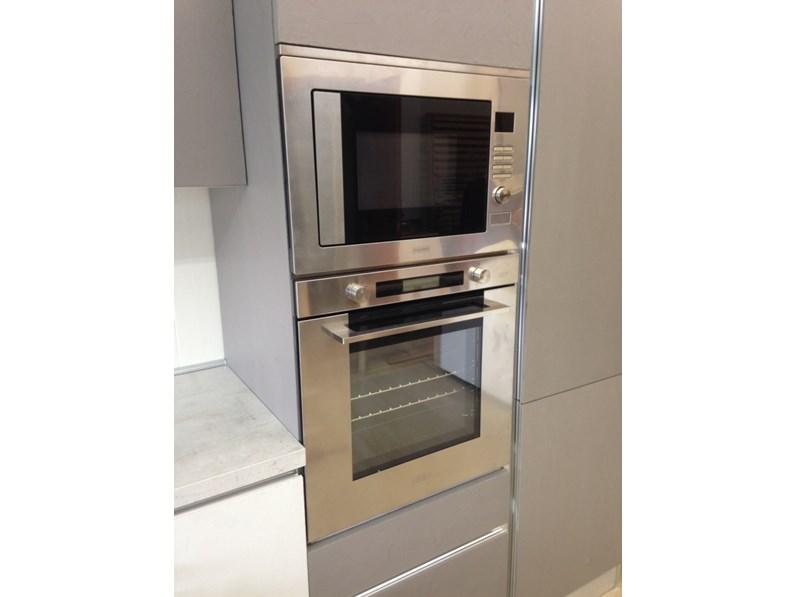 Cucina di mostra con bancone snack moderna laccata cemento - Cucina con bancone snack ...