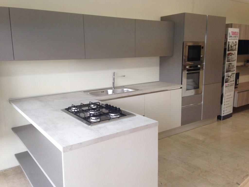cucina di mostra con bancone snack moderna laccata cemento