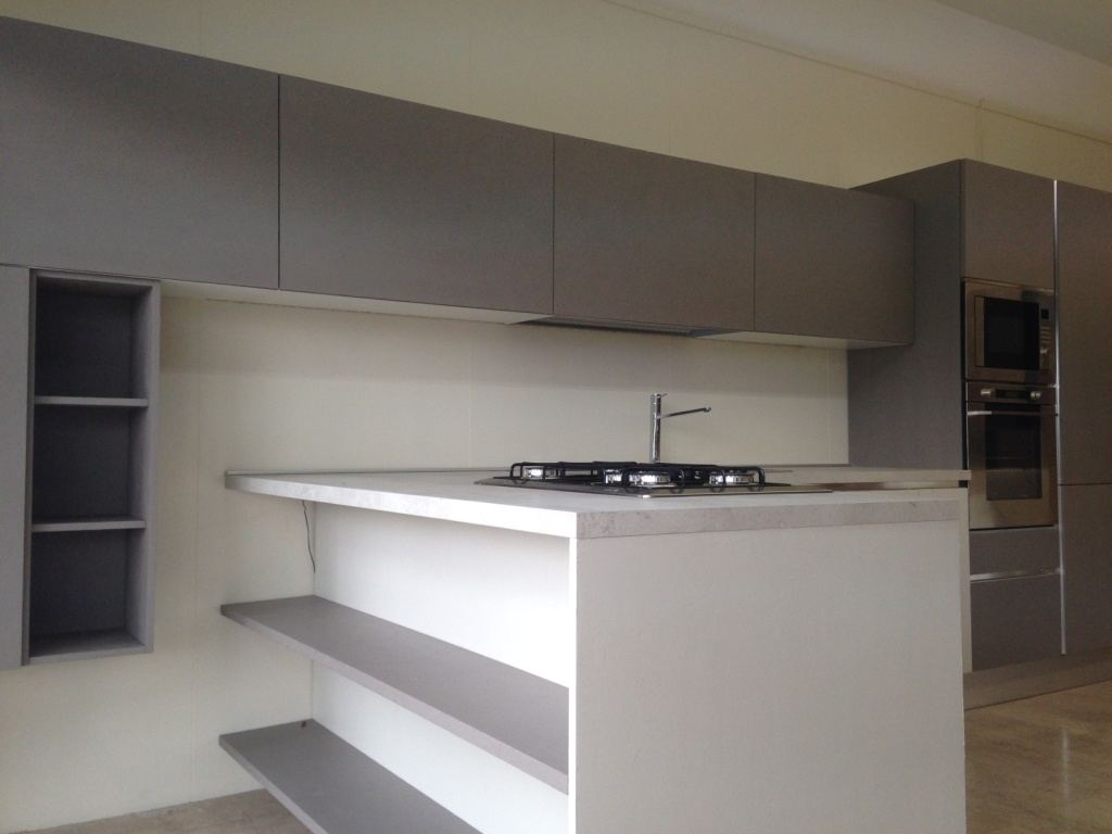 Cucina di mostra con bancone snack moderna laccata cemento for Cucina con bancone snack