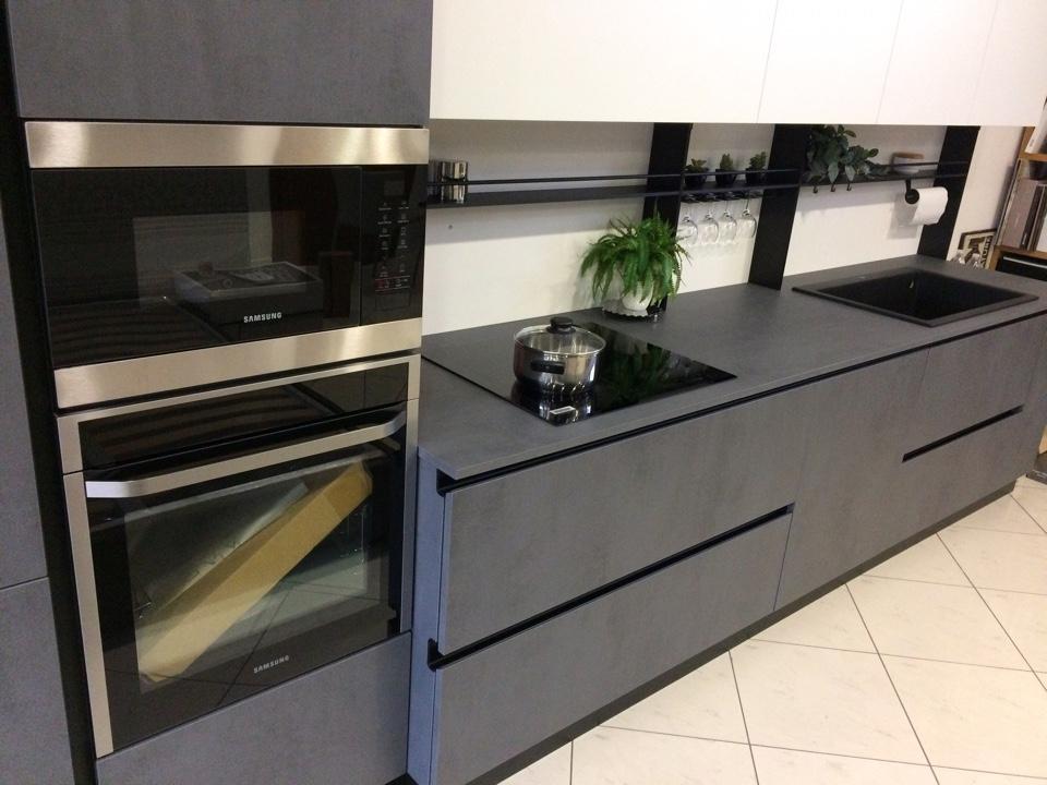 Cucina dibiesse effetto cemento grigio scuro e bianco - Cucina grigio scuro ...