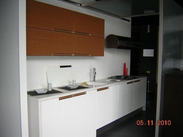 Cucina elmar cucine eclettica moderna laccato lucido - Cucina bianca laccata lucida ...