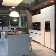 Cucina Elmar modello  Home / Home Cube - Laccata Lucido Bianca,Elettrodomestici AEG,piani di lavoro e piano Isola in Quarzo grigio Londra,schienali cemento e mensole Inox