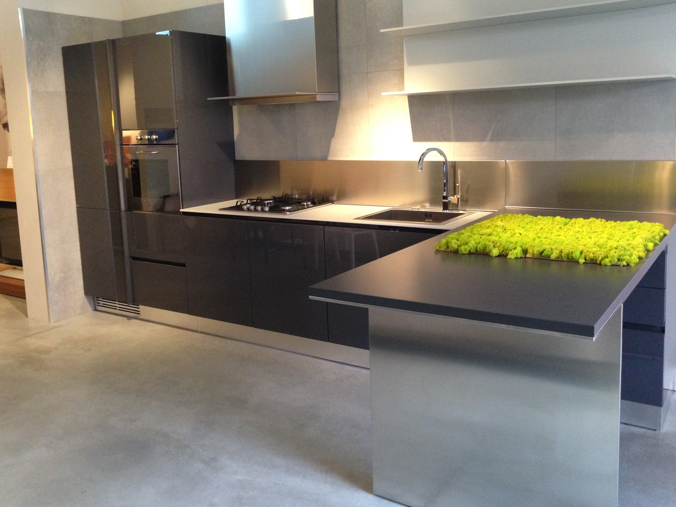cucina con penisola ernestomeda modello emetrica scontata modern kitchens ernestomeda the italian design kitchens