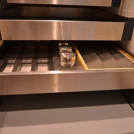 Cucina Euromobil filo tabula con TV in colonna - Cucine a prezzi ...