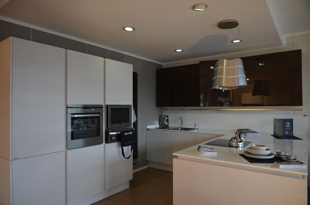 Cucina euromobil filo tabula con tv in colonna   cucine a prezzi ...