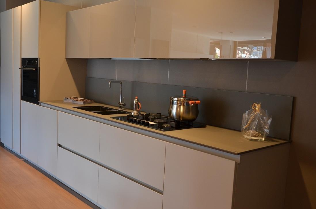 Cucina moderna lineare gruppo euromobil cucine a prezzi for Cucina moderna altezza