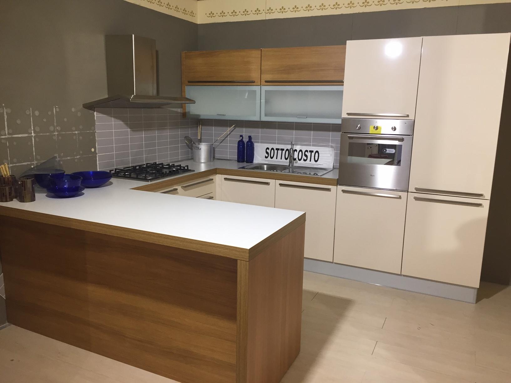 Cucina con penisola modello reflex scontato del 71 for Costo medio a lato di una casa a 2 piani