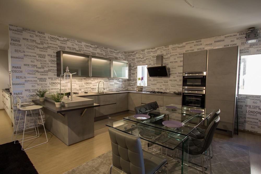 Cucina grigia con penisola completa di elettrodomestici e - Cucina con elettrodomestici ...