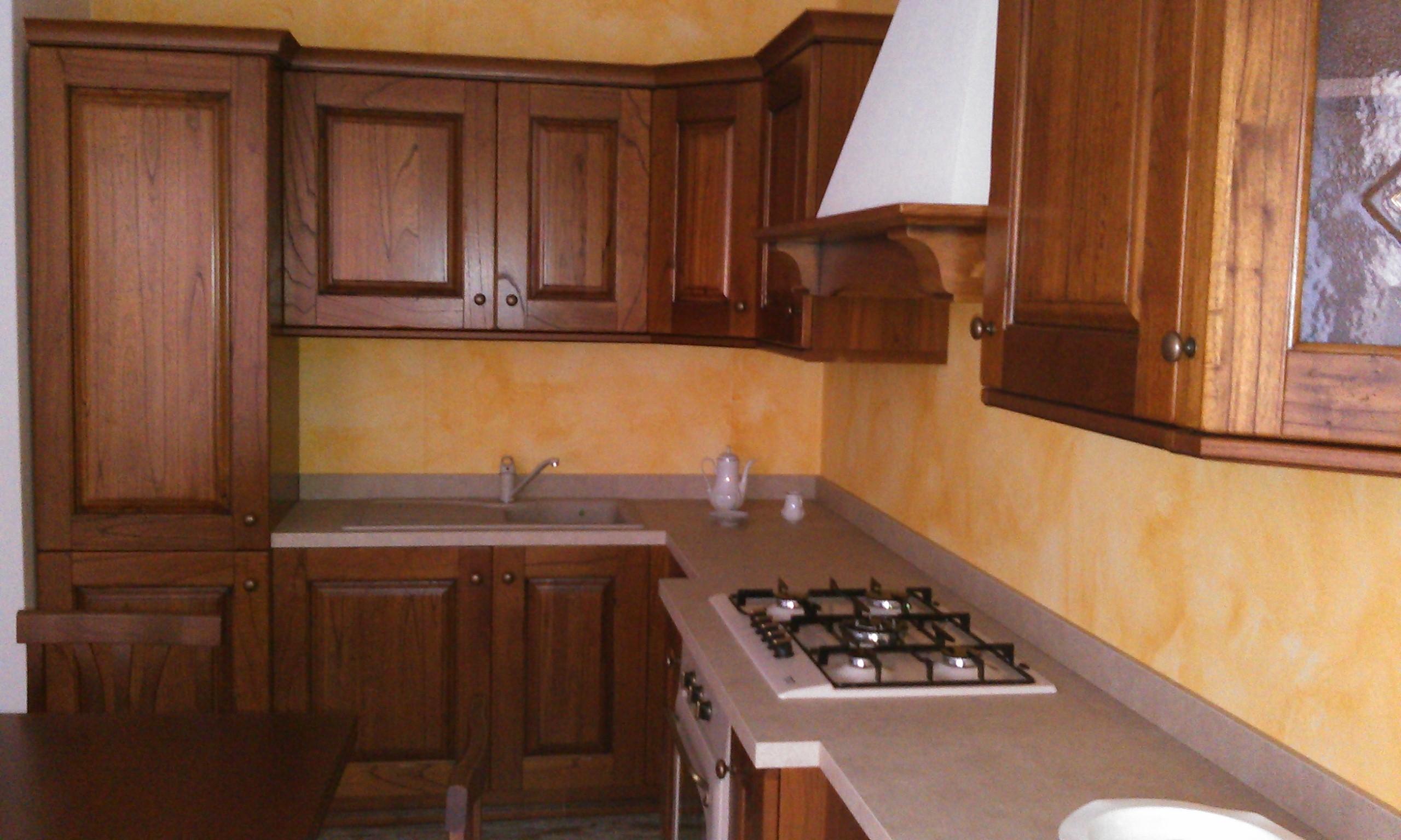 Cucina Rustica Con Isola In Marmo E Tetto In Legno Interior Design ...